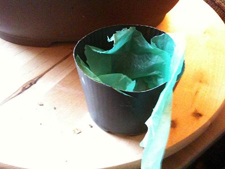 Vorbereiteter Kunststofftopf mit Tüte