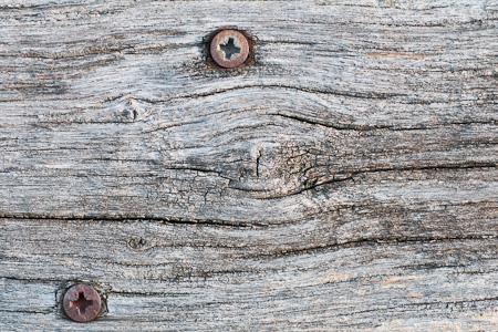 Altes Brett mit rostigen Nägeln