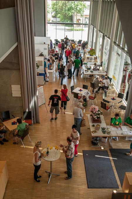Besucher der Bonsaiausstellung