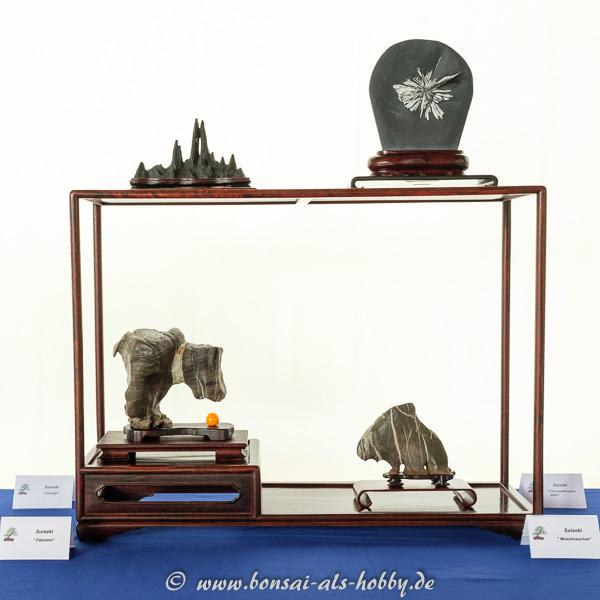 Holzregal mit Suiseki - Betrachtungssteinen